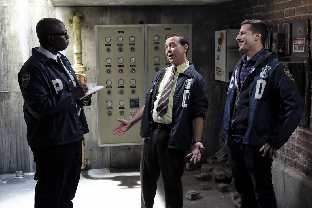 (v.l.n.r.) Captain Ray Holt (André Braugher); Charles Boyle (Joe Lo Truglio); Jake Peralta (Andy Samberg) - Bildquelle: Ray Mickshaw 2018 UNIVERSAL TELEVISION LLC. All rights reserved. / Ray Mickshaw