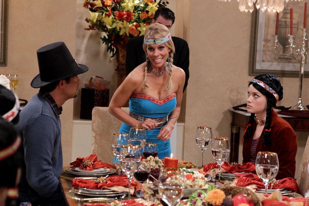 Nachdem Dallas (Cheryl Hines, M.) und Tessa (Jane Levy, r.) George (Jeremy Sisto, l.) in New York mit einer anderen Frau gesehen haben, kommt es zwi... - Bildquelle: Warner Bros. Television
