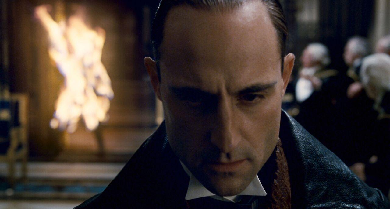 Seine Auferstehung von den Toten versetzt London in Angst und Schrecken und stellt Scotland Yard vor ein Rätsel. Und damit beginnt das schonungslos... - Bildquelle: Warner Brothers