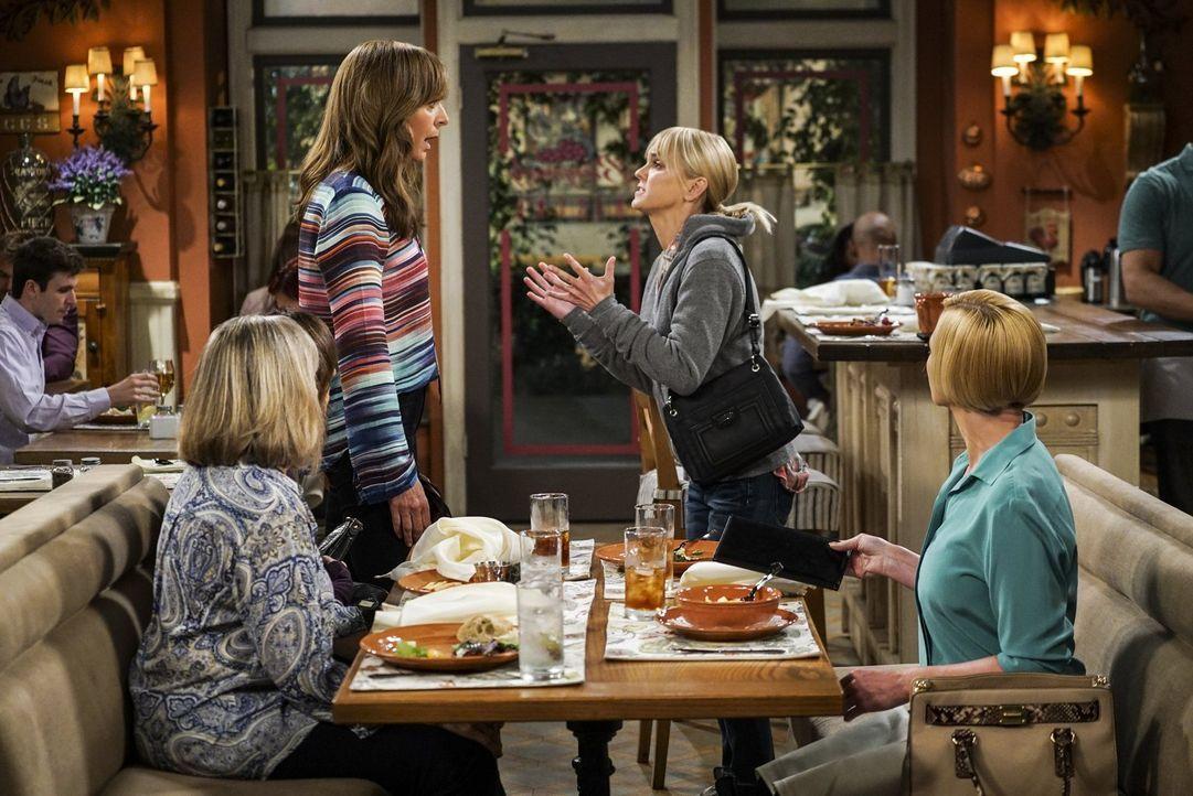 Da es sowohl bei Bonnie (Allison Janney, l.), als auch bei Christy (Anna Faris, r.) nicht gut läuft, eskaliert die Situation zwischen den beiden Fre... - Bildquelle: 2016 Warner Bros. Entertainment, Inc.