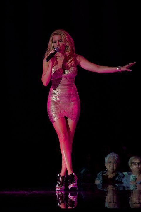 Die Veranstalterin der Stripper Konvention, Paris (Elizabeth Banks), entscheidet knallhart, welche Tänzer sie bei sich auf die Bühne lässt. Haben Ki... - Bildquelle: Warner Bros.