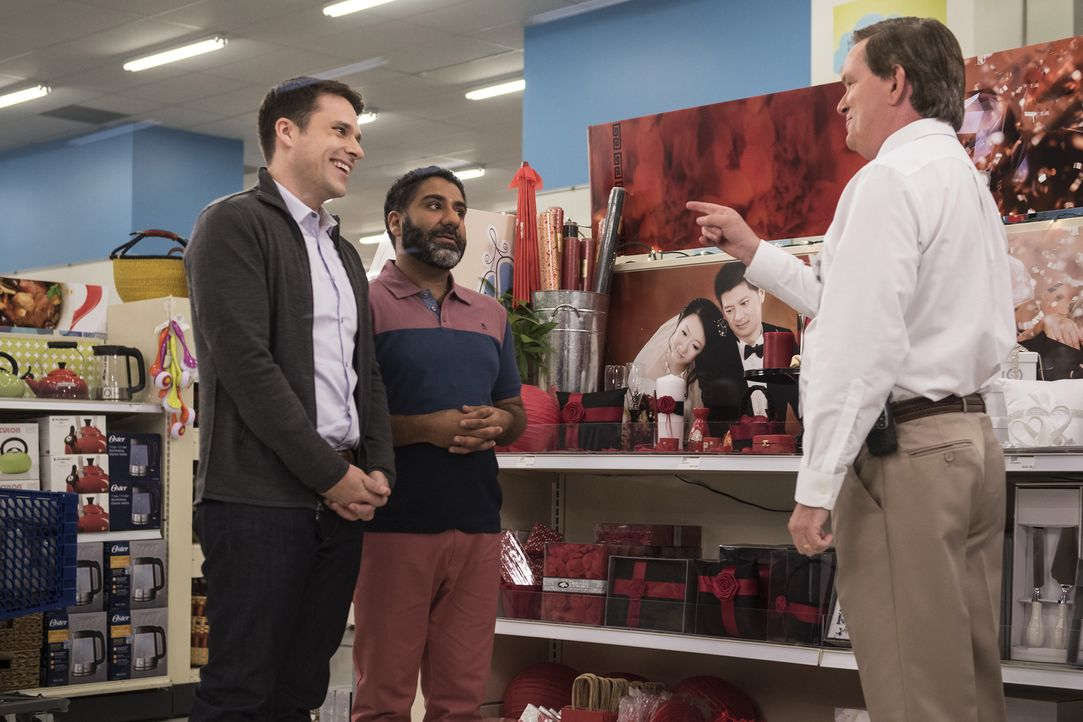 """Am Thementag """"Hochzeit"""" möchte auch Glenn (Mark McKinney, r.) die Kunden beraten. Er steht aber wie immer etwas auf der Leitung und ist dann peinlic... - Bildquelle: Brandon Hickman 2015 Universal Television LLC. ALL RIGHTS RESERVED."""