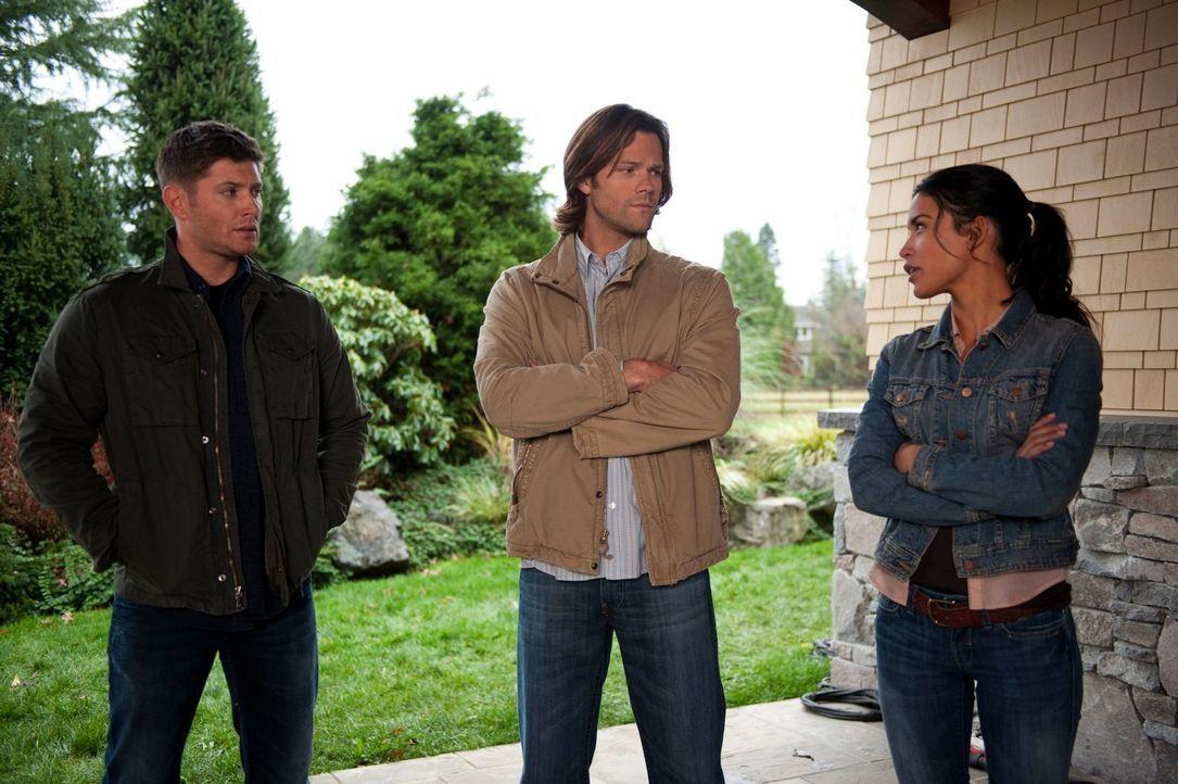 Kann die hübsche Elli (Danay Garcia, r.) Sam (Jared Padalecki, M.) und Dean (Jensen Ackles, l.) bei den Recherchen behilflich sein? - Bildquelle: Warner Bros. Television