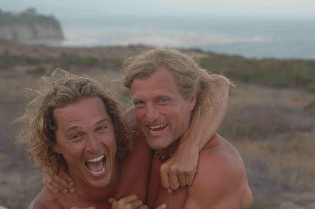 Jack Mayweather (Woody Harrelson, r.) ist nicht nur der Manager von Surfer Steve Addington (Matthew McConaughey, l.), sondern auch ein guter Freund... - Bildquelle: Licensed by The Weinstein Company