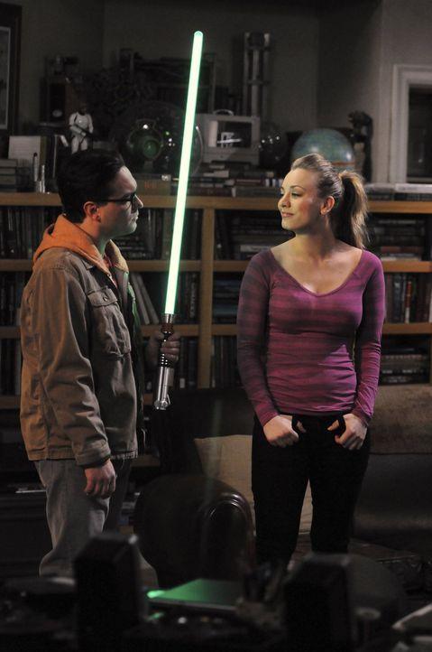 Verstehen sich prächtig: Leonard (Johnny Galecki, l.) und Penny (Kaley Cuoco, r.) ... - Bildquelle: Warner Bros. Television