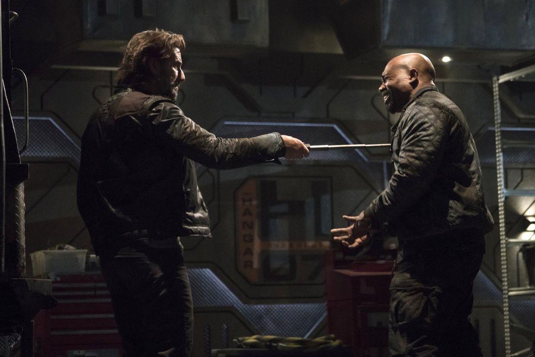 Die Blockade der Grounder spielt Pike (Michael Beach, r.) in die Karten, während Kane (Henry Ian Cusick, l.) den scheinbar unausweichlichen Krieg nä... - Bildquelle: 2014 Warner Brothers