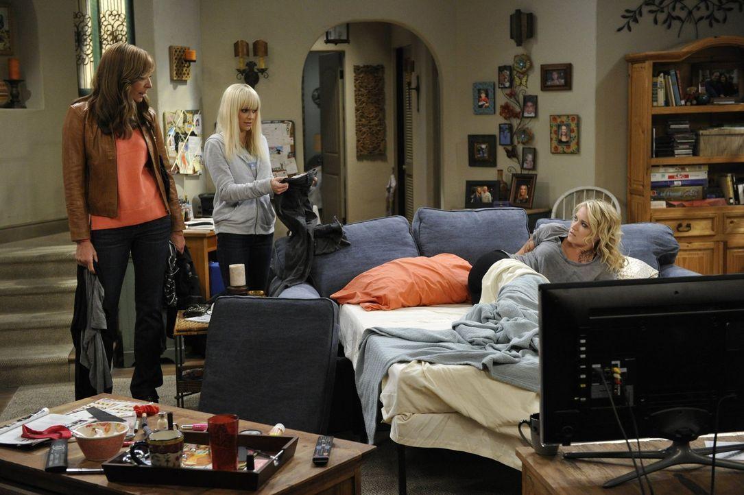 Nachdem ihre Hilfe von Jodi (Emily Osment, r.) so gut angenommen wurde, wollen Christy (Anna Faris, M.) und Bonnie (Allison Janney, l.) sich einen n... - Bildquelle: 2015 Warner Bros. Entertainment, Inc.