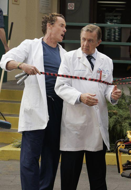 Dr. Cox (John C. McGinley, l.) und Dr. Kelso (Ken Jenkins, r.) sind etwas verändert ... - Bildquelle: Touchstone Television