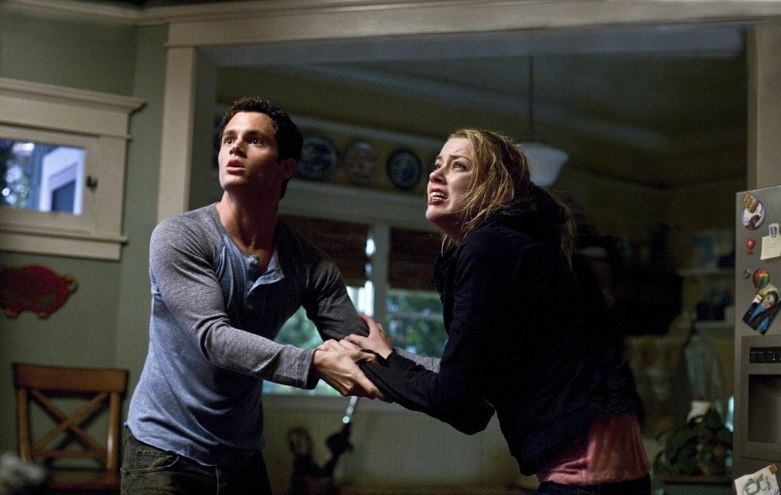 Als der Stiefvater sein wahres Gesicht zeigt, beginnt für Kelly (Amber Heard, r.) und Michael (Penn Badgley, l.) ein gnadenloser Kampf ums Überleben... - Bildquelle: 2009 Screen Gems, Inc. All Rights Reserved.
