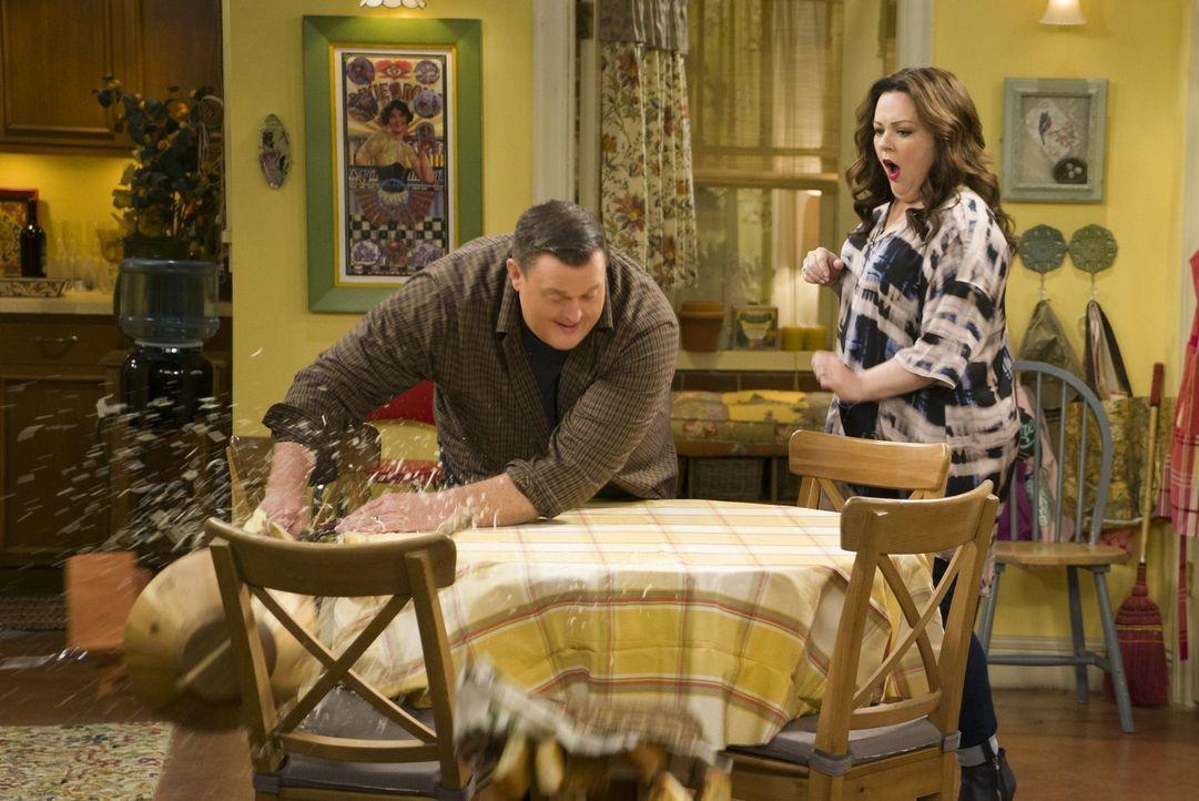 Molly (Melissa McCarthy, r.) ist überrascht, dass Mike (Billy Gardell, r.) auf einmal eine Agilität an den Tag legt, die sie vorher nicht von ihm ka... - Bildquelle: Warner Brothers
