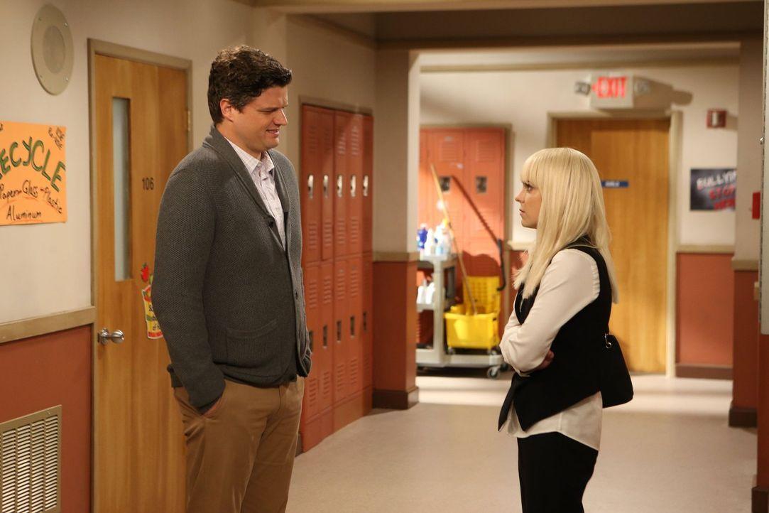 Christy (Anna Faris, r.) fühlt sich von Baxters (Matt Jones, l.) Freundin Candace in ihrer Rolle als Mutter bedroht ... - Bildquelle: 2015 Warner Bros. Entertainment, Inc.
