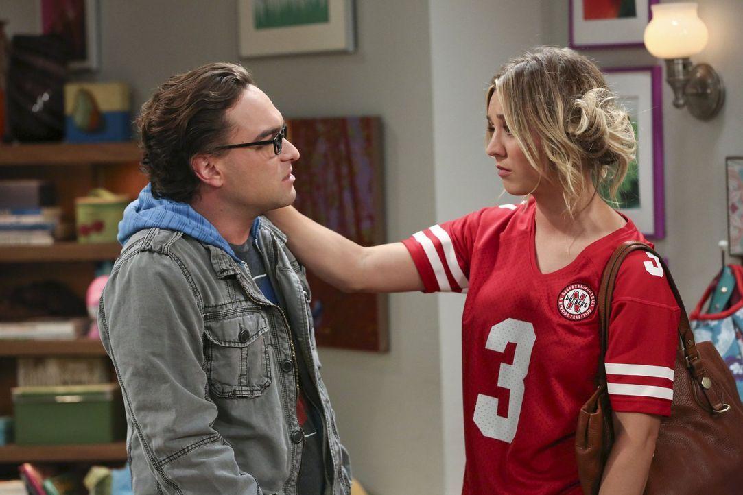 Während Leonard (Johnny Galecki, l.) es ausnutzt, dass Penny (Kaley Cuoco, r.) ein schlechtes Gewissen hat, weil er so unter seiner Mutter leidet, m... - Bildquelle: Warner Bros. Television