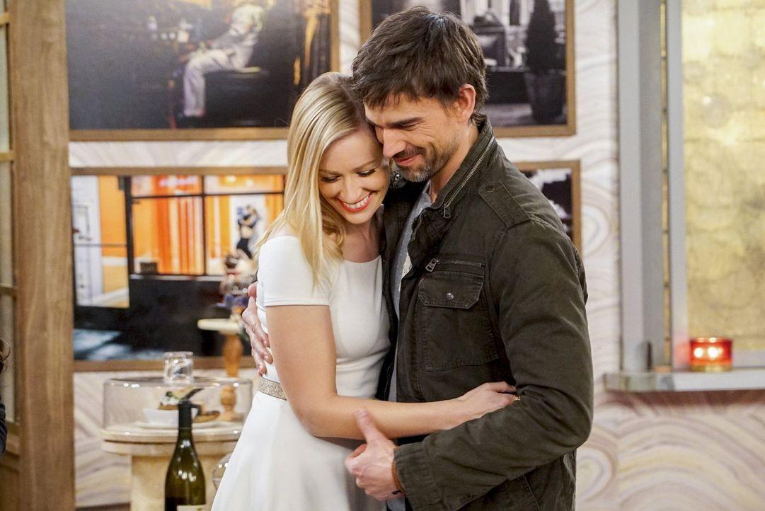 Noch sind Caroline (Beth Behrs, l.) und Bobby (Christopher Gorham, r.) überglücklich, doch nachdem Caroline Bobbys Schwester einen Ratschlag gegeben... - Bildquelle: Warner Bros. Television