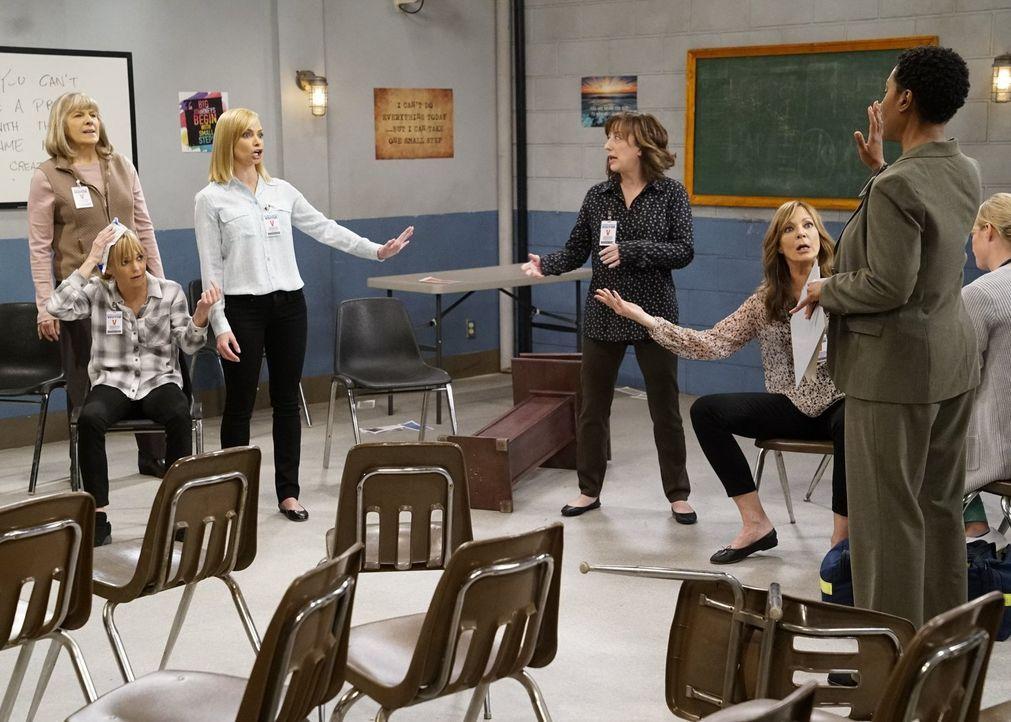 Eigentlich wollten (v.l.n.r.) Marjorie (Mimi Kennedy), Christy (Anna Faris), Jill (Jaime Pressly), Wendy (Beth Hall) und Bonnie (Allison Janney) in... - Bildquelle: 2018 Warner Bros.