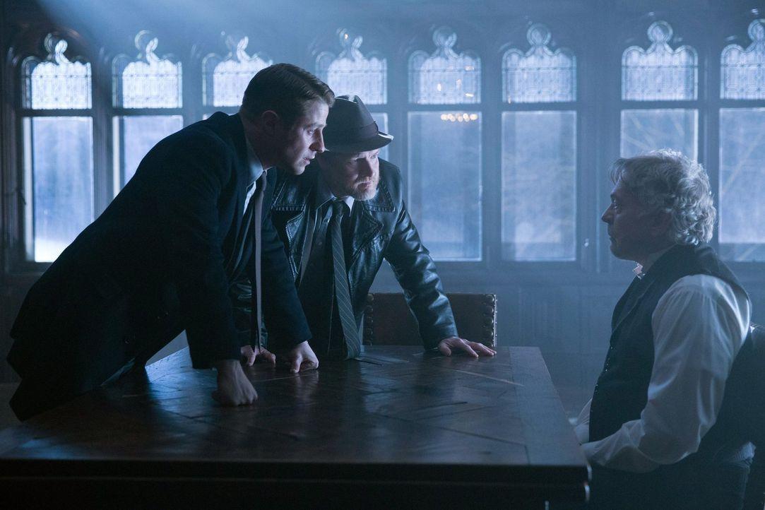Gordon (Ben McKenzie, l.) und Bullock (Donal Logue, M.) versuchen etwas von Jacob Skolimski (Daniel Davis, r.) herauszubekommen, denn sie glauben, d... - Bildquelle: Warner Bros. Entertainment, Inc.