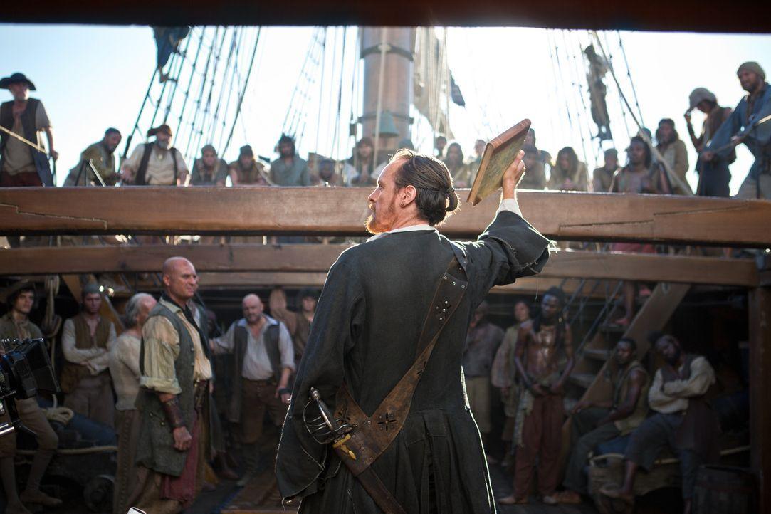 Der einst so mächtige Captain Flint (Toby Stephens, vorne) muss um die Loyalität seiner Crew-Mitglieder kämpfen, wenn er nicht untergehen will ... - Bildquelle: 2013 Starz Entertainment LLC, All rights reserved