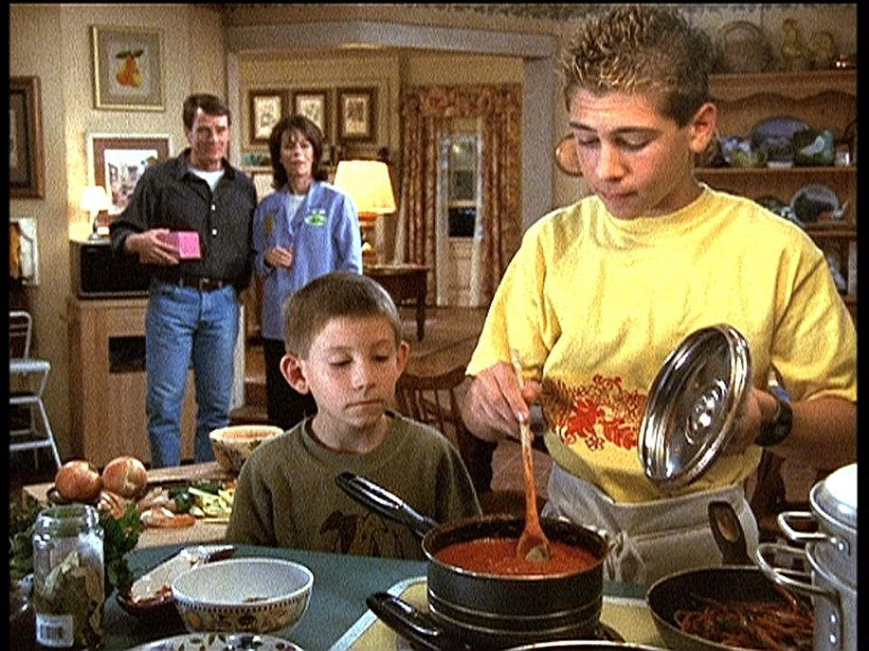 Reese (Justin Berfield, r.) geht seiner neuen Lieblingsbeschäftigung, dem Kochen, nach. Dewey (Erik Per Sullivan, 2.v.r..), Hal (Bryan Cranston, l.... - Bildquelle: TM +   2000 Twentieth Century Fox Film Corporation. All Rights Reserved.