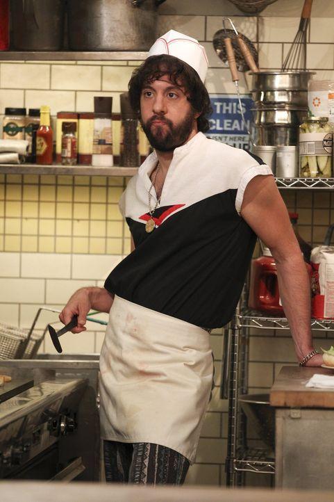 Während Max und Caroline sich um die Cupcake T-Shirt-Produktion kümmern, hat Oleg (Jonathan Kite) im Diner alle Hände voll zu tun ... - Bildquelle: Warner Bros. Television