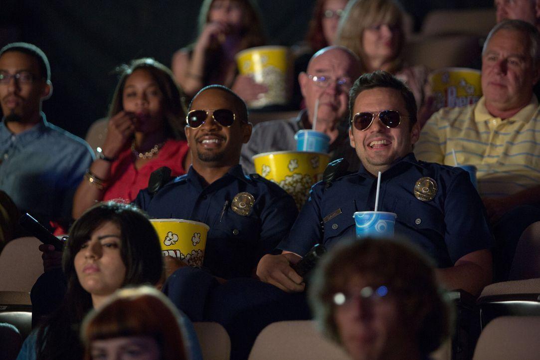 """Kaum als """"Fake-Cops"""" unterwegs, haben Ryan (Jake Johnson, M.r.) und Justin (Damon Wayans Jr., M.l.) den Spaß ihres Lebens - bis sie es mit richtigen... - Bildquelle: Frank Masi 2014 Twentieth Century Fox Film Corporation.  All rights reserved."""