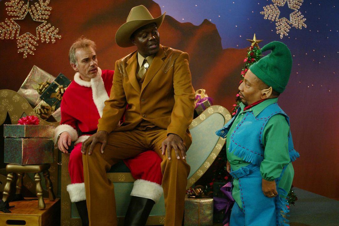 Jedes Jahr rauben der Gelegenheits-Weihnachtsmann Willi T. Stokes (Billy Bob Thornton, l.) und sein kleinwüchsiger Freund Marcus (Tony Cox, r.) den... - Bildquelle: 2006 Sony Pictures Television International.