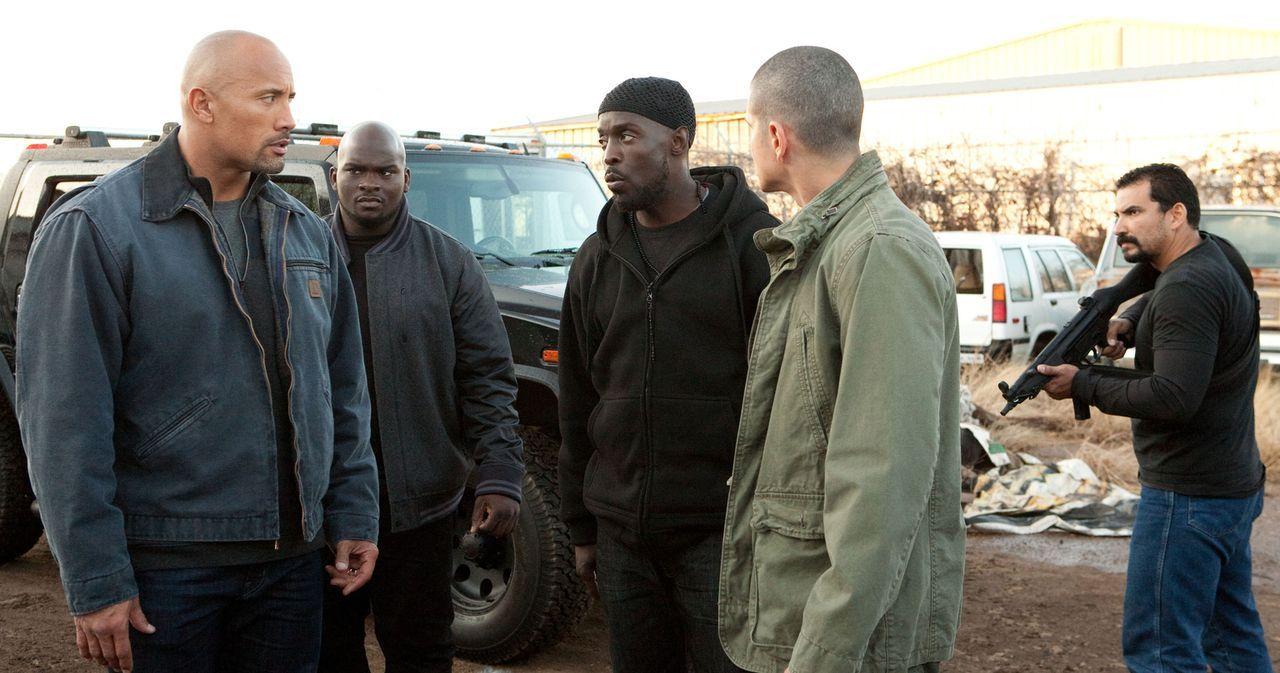 Daniel (Jon Bernthal, 2.v.r.) vermittelt John (Dwayne Johnson, l.) einen Kontakt zum Dealer Malik (Michael Kenneth Williams, M.), der sich die LKWs... - Bildquelle: TOBIS FILM