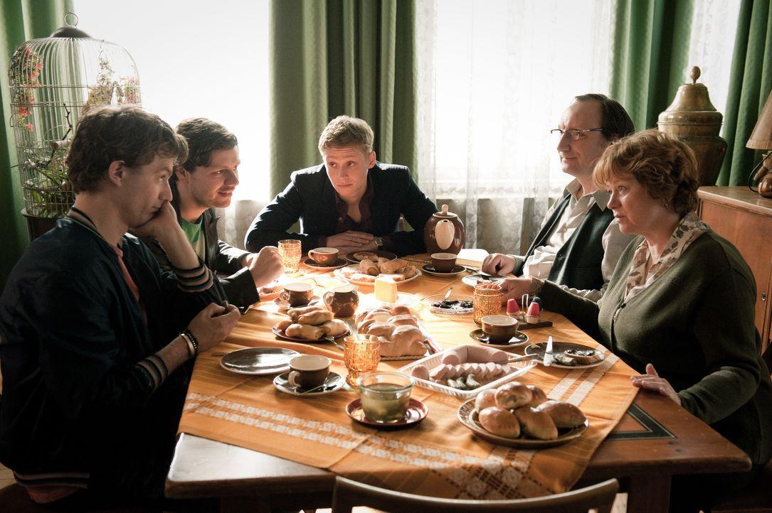 """Andrej (Christian Friedel, 2.v.l.), Wladimir (Matthias Schweighöfer, M.) und Mischa (Friedrich Mücke, l.) leben in ihrer """"Dreier - WG"""". Ein Jahr nac... - Bildquelle: Stephan Rabold Black Forest Films GmbH"""