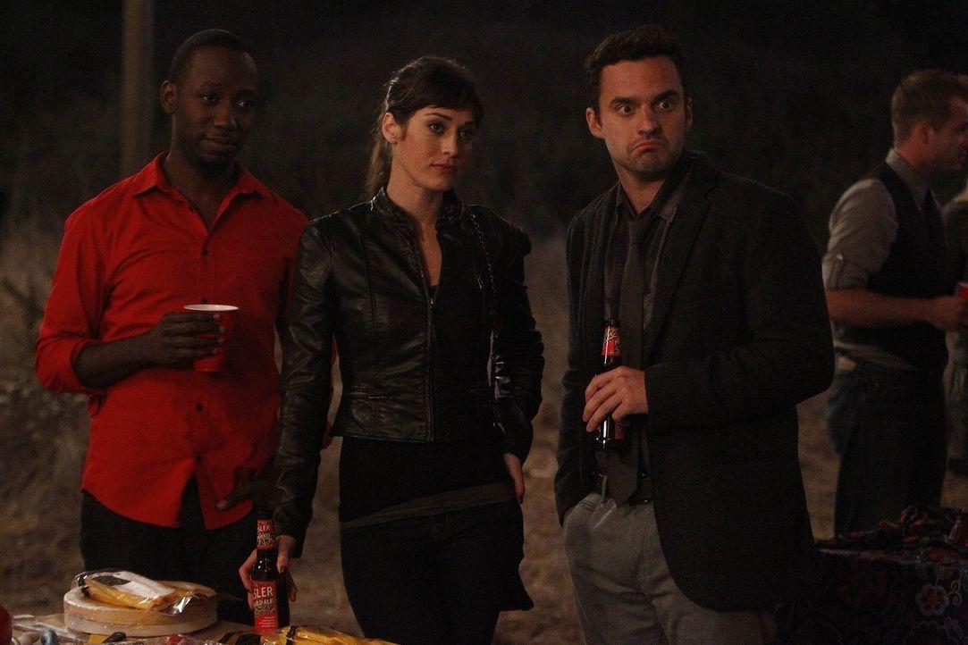 Nick (Jake M. Johnson, r.) versucht seine neue Freundin Julia (Lizzy Caplan, M.), vor seinen Mitbewohnern zu verstecken. Doch der Versuch schlägt f... - Bildquelle: 20th Century Fox