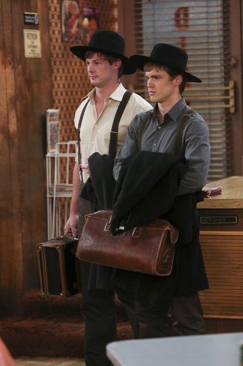 Die beiden naiven aber auch sehr attraktiven Amish-Jungen Jacob (Jack DePew, l.) und Jebediah (Brandon Jones, r.) sorgen bei Max und Sophie für wah... - Bildquelle: Warner Brothers