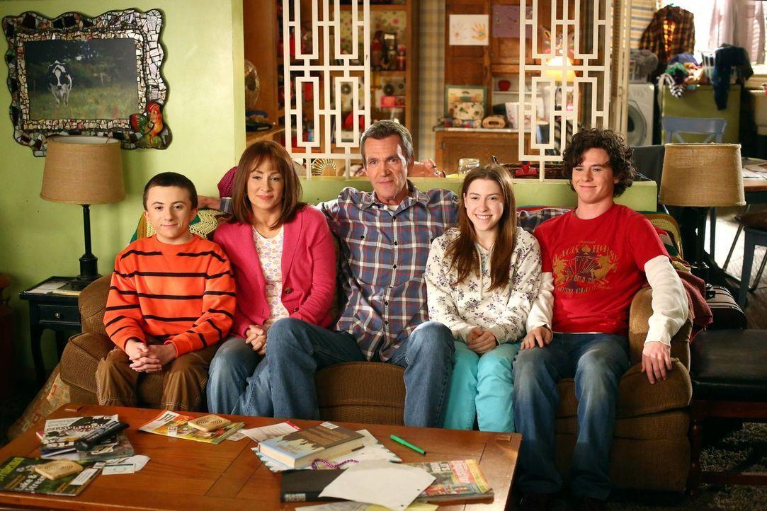 (v.l.n.r.) Brick (Atticus Shaffer); Frankie (Patricia Heaton); Mike (Neil Flynn); Sue (Eden Sher); Axl (Charlie McDermott) - Bildquelle: Warner Brothers