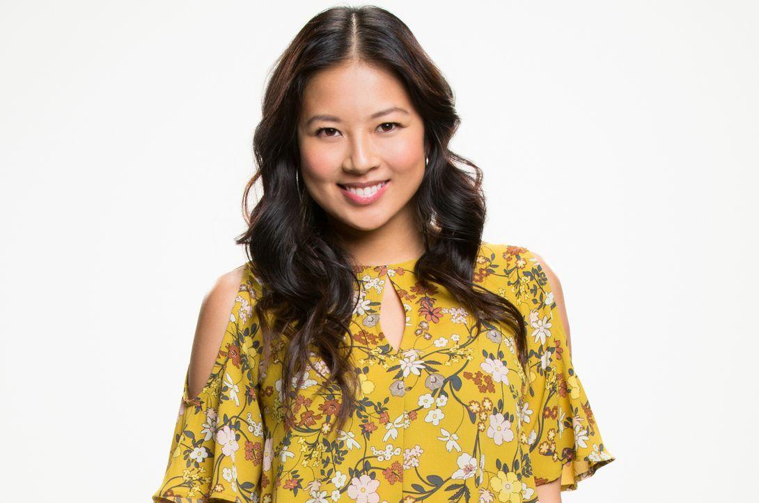 """(1. Staffel) - Emma (Christina Ko) ist Social Influencer bei dem Outdoor Magazin """"Outdoor Limits"""" und immer auf der Suche nach süßen Tiervideos oder... - Bildquelle: Cliff Lipson 2016 CBS Broadcasting, Inc. All Rights Reserved."""