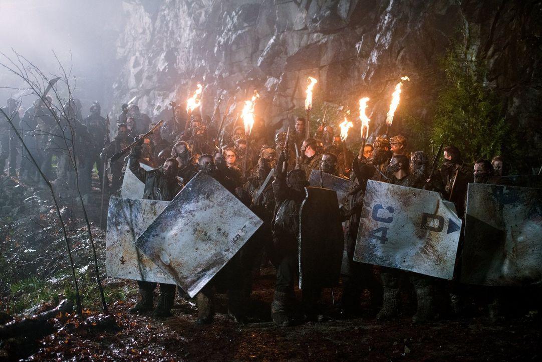 Die Kämpfer sind bereit für einen harten Kampf, doch Clarke macht ihnen klar, dass dies eine Befreiungs- und keine Rachemission ist ... - Bildquelle: 2014 Warner Brothers