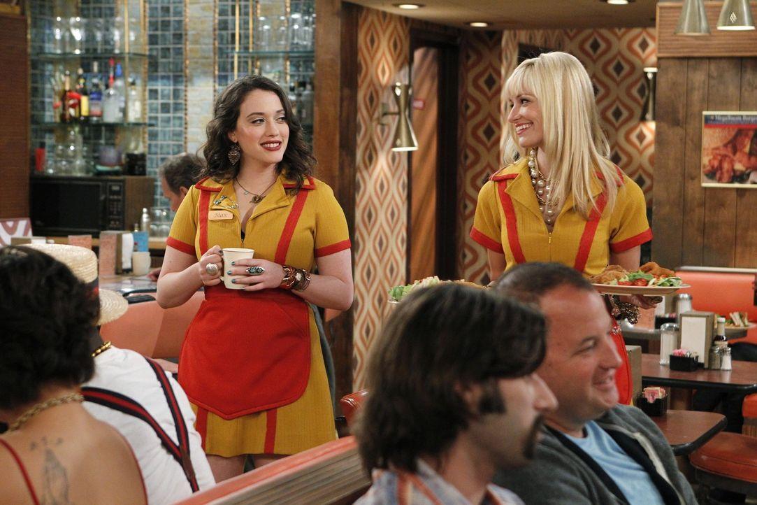 """""""Ist da etwa jemand verliebt?"""" Caroline (Beth Behrs, r.) versucht, ihre Freundin Max (Kat Dennings, l.) dazu zu bewegen, sich ihre Gefühle für den... - Bildquelle: Warner Brothers"""