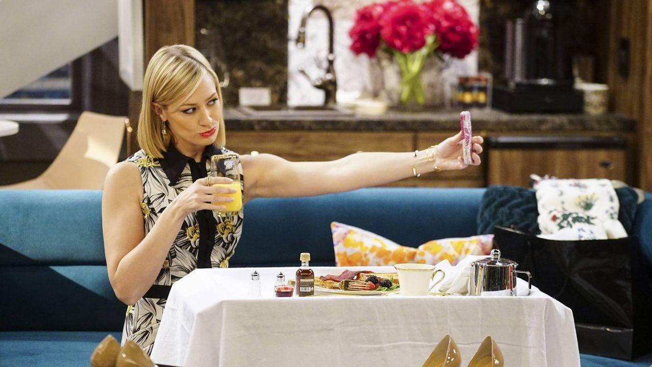 Max und Caroline (Beth Behrs) sind nach Los Angeles geflogen, um dort ein Meeting zu besuchen, bei dem Carolines Lebensgeschichte als Filmprojekt im... - Bildquelle: 2016 Warner Brothers