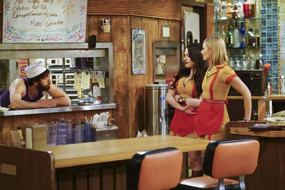Max (Kat Dennings, M.) und Caroline (Beth Behrs, r.) wollen Carolines Vater im Gefängnis besuchen, weil dieser dort ein Musical aufführt. Währenddes... - Bildquelle: 2016 Warner Brothers