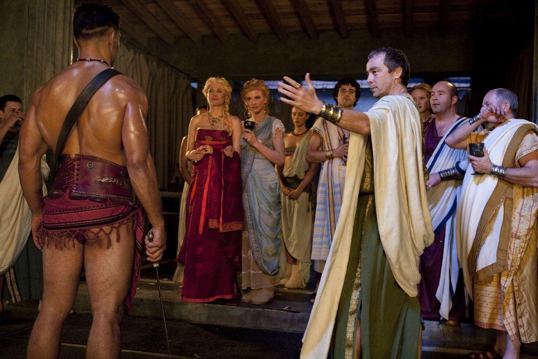 Stellt stolz seine besten Kämpfer vor und beeindruckt vor allem die weiblichen Gäste damit: Batiatus (John Hannah, r.) ... - Bildquelle: 2010 Starz Entertainment, LLC