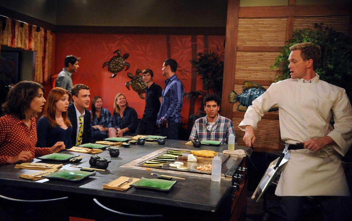 Bei einem gemeinsamen Essen geht Barney (Neil Patrick Harris, r.) mit Marshall (Jason Segel, 3.v.l.) und Lily (Alyson Hannigan, 2.v.l.) eine Wette e... - Bildquelle: 20th Century Fox International Television