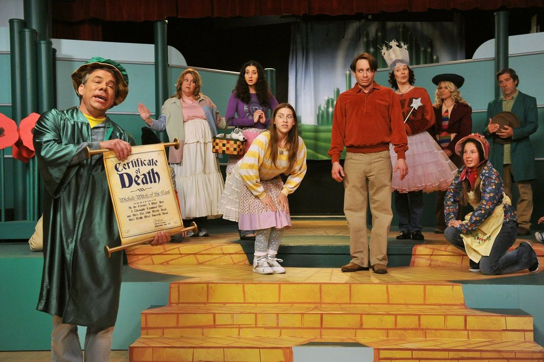"""Während Brick am """"Special Friends Day"""" in der Schule von seinem Onkel Rusty im Stich gelassen wird, bekommt Sue (Eden Sher, 4.v.l.) die Chance, bei... - Bildquelle: Warner Brothers"""