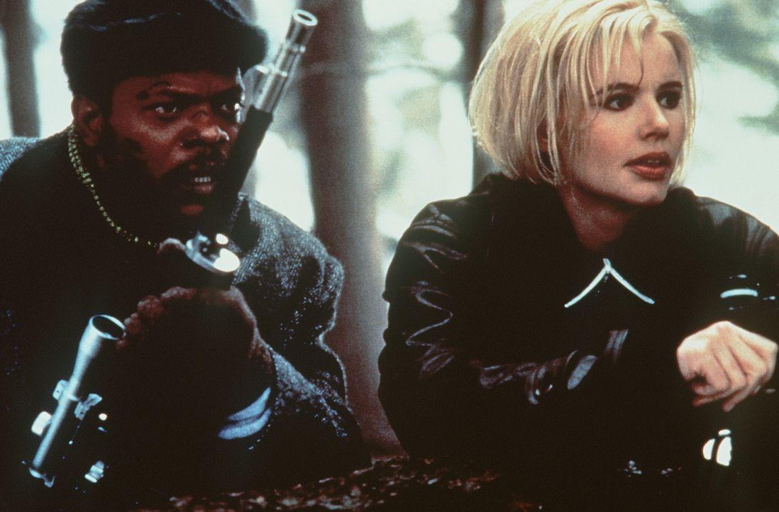 Um ihre Vergangenheit aufzudecken brauchen Mitch (Samuel L. Jackson, l.) und Charly (Geena Davis, r.) schnell größere Geschütze. Denn es gibt Leute,... - Bildquelle: New Line Cinema