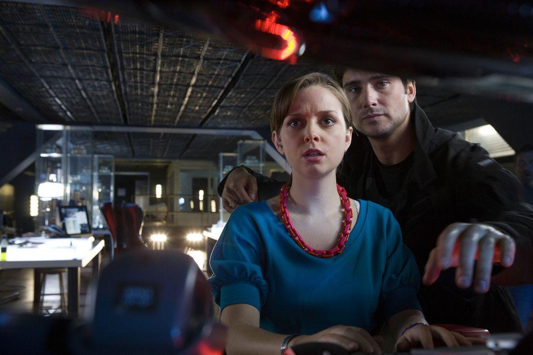 Eine Unterwasser-Anomalie öffnet sich, das Team um Becker (Ben Mansfield, r.) und Jess (Ruth Kearney, l.) versuchen alles, um das schlimmste zu ver... - Bildquelle: ITV Plc