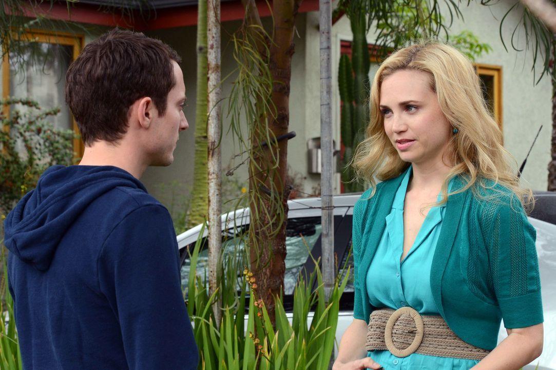Ryan (Elijah Wood, l.) erkennt, dass es endlich an der Zeit ist Jenna (Fiona Gubelmann, r.) die Wahrheit zu sagen. Er beichtet ihr, warum sie sich i... - Bildquelle: 2011 FX Networks, LLC. All rights reserved.