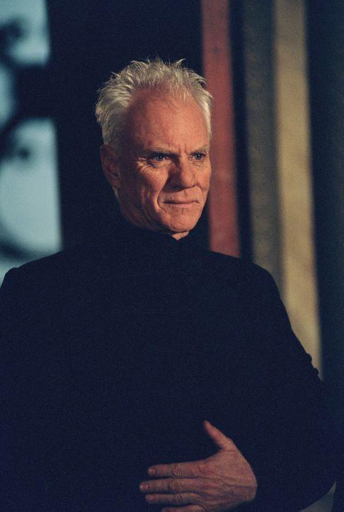 Der ungarische Supergangster Gundars (Malcolm McDowell) hat ein ultrageheimes US-Spionageflugzeug geklaut, um es meistbietend an die Terroristen die... - Bildquelle: 2003 Sony Pictures Television International