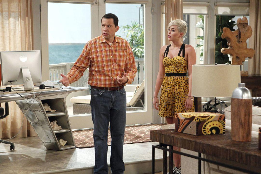 Während Walden in der örtlichen Bibliothek eine attraktive Frau kennenlernt, muss Alan (Jon Cryer, l.) erfahren, dass sich Jake unerlaubt von der Tr... - Bildquelle: Warner Brothers Entertainment Inc.