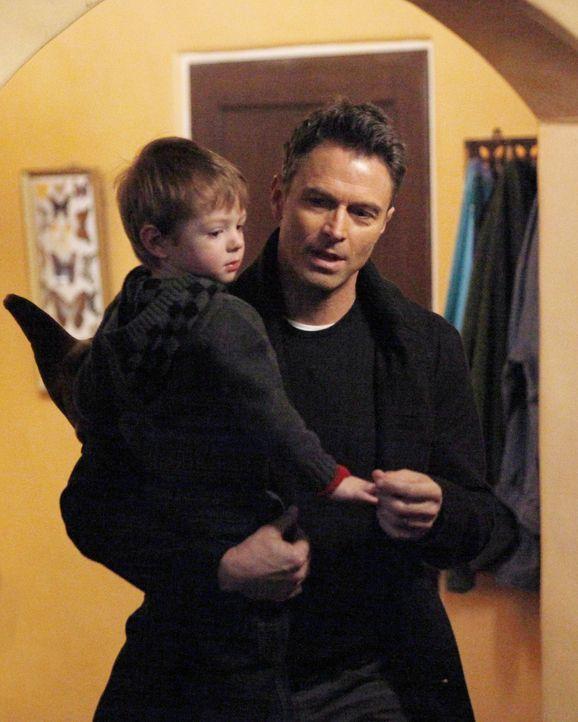 Während Charlottes Vorschlag, Hilfe für Erica von außerhalb zu besorgen, von Cooper abgewiesen wird, kümmert sich Pete (Tim Daly, r.) liebevoll... - Bildquelle: ABC Studios