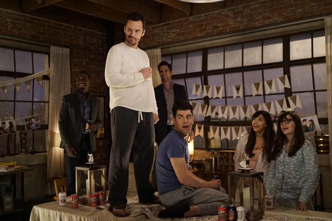 Noch ahnen (vl.n.r.) Winston (Lamorne Morris), Nick (Jake Johnson), Sam (David Walton), Schmidt (Max Greenfield), Cece (Hannah Simone) und Jess (Zoo... - Bildquelle: Jennifer Clasen 2016 Fox and its related entities.  All rights reserved. / Jennifer Clasen