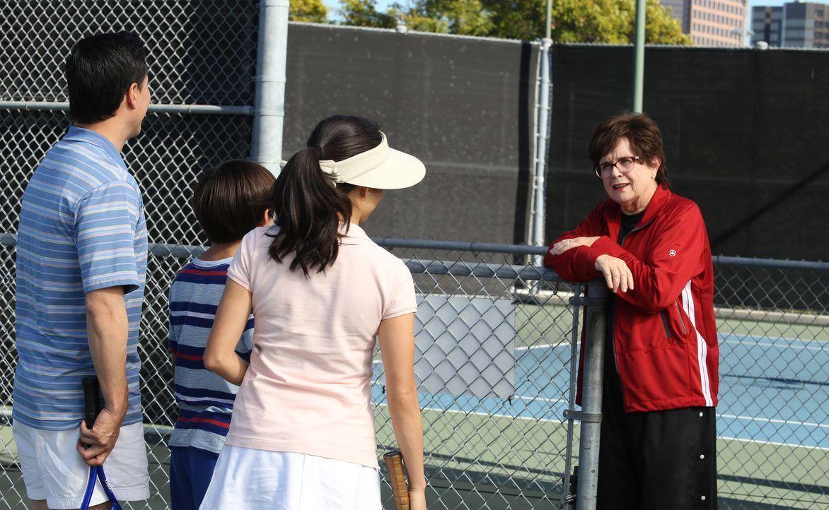 Als Louis (Randall Park, l.) und Jessica (Constance Wu, 3.v.l.) erkennen, dass Emery (Forrest Wheeler, 2.v.l.) ein Tennis-Ass ist, engagieren sie di... - Bildquelle: 2015-2016 American Broadcasting Companies. All rights reserved.