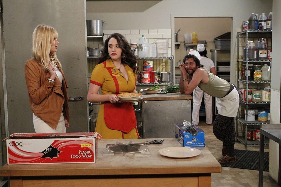 Oleg (Jonathan Kite, r.), der anzügliche russische Koch, lässt die sowieso schon aufgeheizte Stimmung  zwischen den beiden Kolleginnen Max (Kat De... - Bildquelle: Warner Brothers