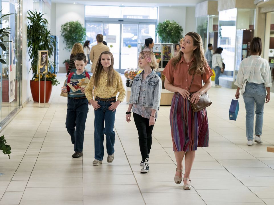 (v.l.n.r.) Sheldon Cooper (Iain Armitage); Missy Cooper (Raegan Revord); Paige (Mckenna Grace); Mary Cooper (Zoe Perry) - Bildquelle: 2019 Warner Bros. Entertainment Inc.  All Rights Reserved.