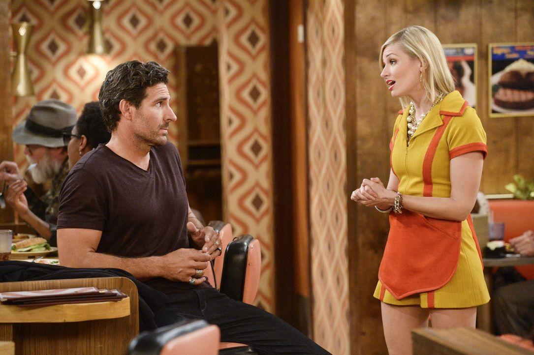 Caroline (Beth Behrs, r.) ist skeptisch, dass der zurückgekehrte Randy (Ed Quinn, l.) es diesmal wirklich ernst mit Max meint, wo er sie doch so seh... - Bildquelle: 2016 Warner Brothers