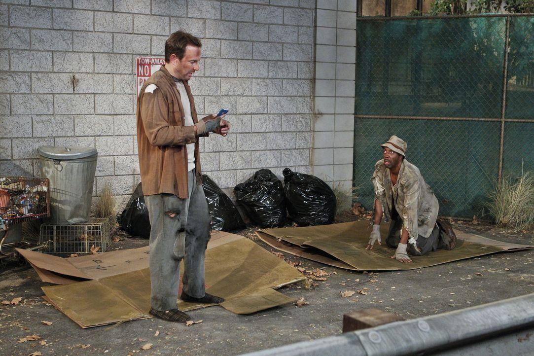 Recherchieren undercover für eine Reportage über entführte Obdachlose: Ray (J.B. Smoove, r.) und Nathan (Will Arnett, l.) ... - Bildquelle: 2013 CBS Broadcasting, Inc. All Rights Reserved.