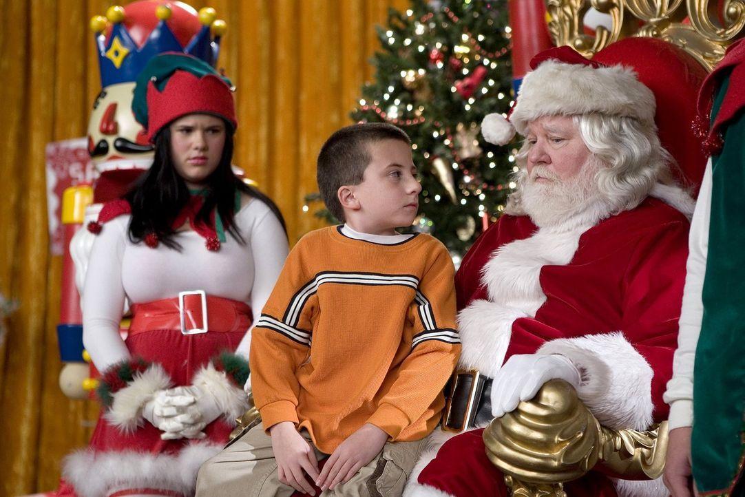 Er beschäftigt sich lieber mit seinem PEZ-Spender mit Weihnachtsmannmotiv, als dem echten Santa: Brick (Atticus Shaffer, M.) ... - Bildquelle: Warner Brothers